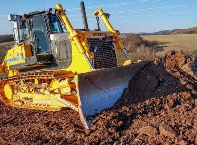 Stroje firmy AUSTRO Baumaschinen na výstavbě dálnice D6 u Krušovic
